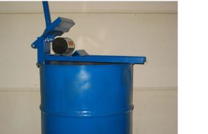 Handblikkenpers foto op vat van 205 liter